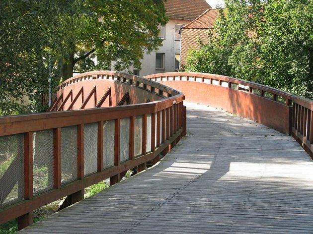 LÁVKA přes řeku v Dačicích. Její dřevěné komponenty napadla houba.