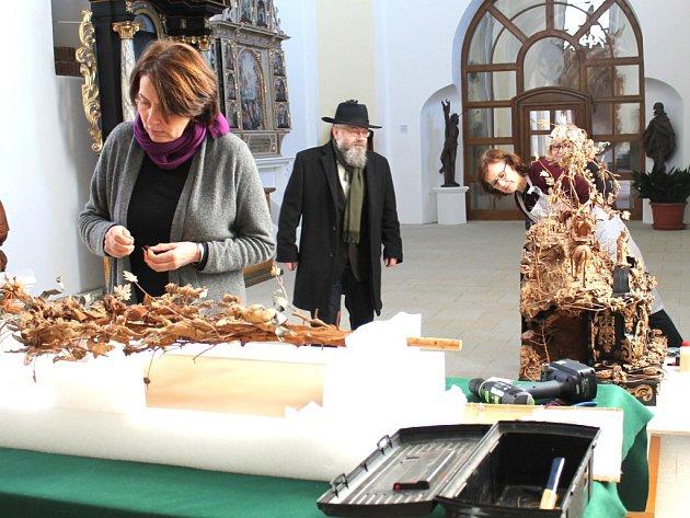 VZÁCNÝ EXPONÁT. Barokní unikátní dřevořezba Strom života v pátek dorazila do Muzea Jindřichohradecka.
