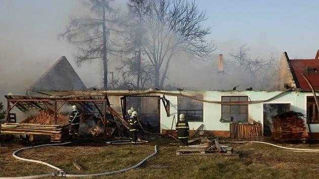 Požár truhlárny ve Dvorech nad Lužnicí napáchal škody za dva miliony korun. Nikdo nebyl zraněn.