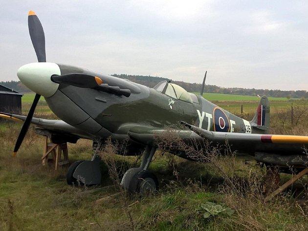 Replika letounu Spitfire, která si zahrála vTmavomodrém světě, bude novým exponátem vLeteckém muzeu vDeštné.