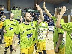 Martin Bašta (uprostřed) přispěl k výhře v Ostravě 24 body.