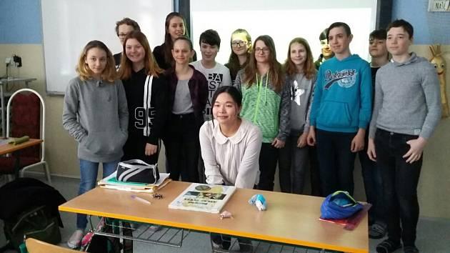 Japonské studentky Shiori Kanamaru a Ayame Honda strávily tři týdny na třeboňských školách.