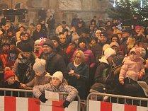 Jindřichohradecké náměstí Míru zaplnily vloni při celorepublikové akci Česko zpívá koledy stovky lidí. Letos zpíváme také, již tuto středu.