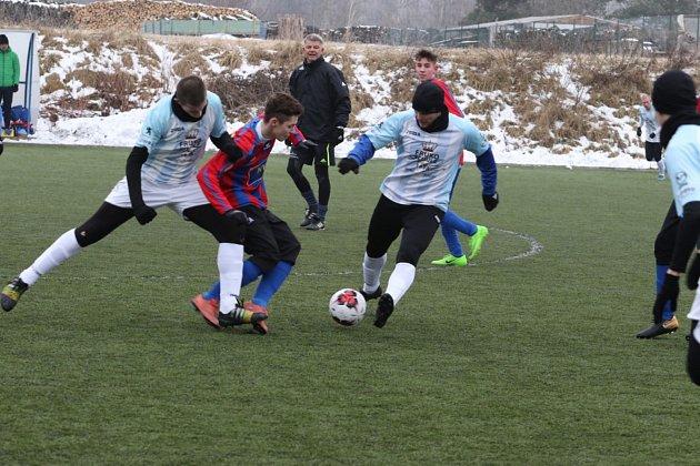 V umělém trávníku v Horním Žďáru došlo k souboji fotbalistů z partnerských měst. Hradec v něm rakouský Zwettl smetl 9:0.