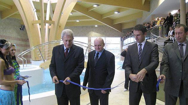 Slavnostní přestřižení pásky v opraveném bazénu