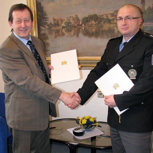 Starosta Jindřichova Hradce Stanislav Mrvka a vedoucí jindřichohradeckého policejního obvodního oddělení David Piler podepsali koordinační dohodu.