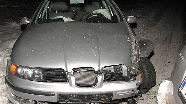 Srážka dvou aut u Novosedel nad Nežárkou.