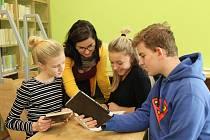 Základní škola v Kardašově Řečici získala rekonstrukcí novou knihovnu či multifunkční sál.