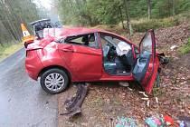 Řidička u Klikova nezvládla zatáčku a auto se převrátilo přes střechu.