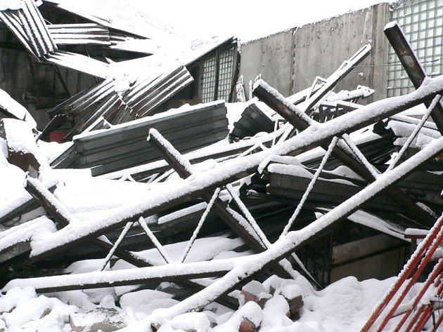 Pod náporem sněhu se v roce 2006 zřítila střecha haly v Nové Bystřici, pod kterou byly uskladněné stroje na údržbu města.