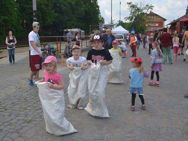 Den dětí s párou na jindřichohradeckém vlakovém nádraží.