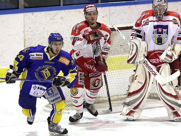 Útočník Vajgaru Jan Bula (vlevo) byl v utkání s Pelhřimovem (2:5) jedním z mála  jindřichohradeckých hokejistů, kteří svým přístupem nezklamali.