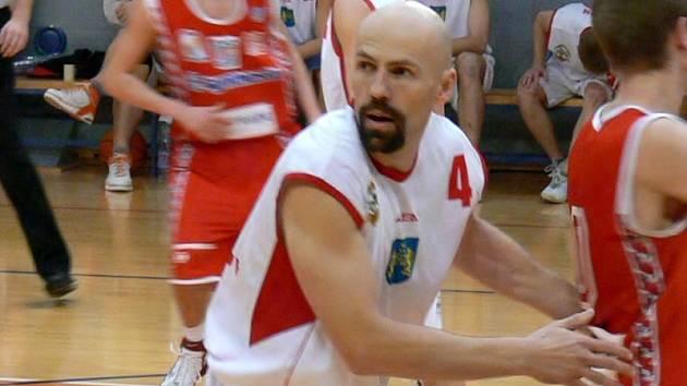Aleš Kočvara bude i v nadcházející prvoligové sezoně koučovat basketbalisty BK Jindřichův Hradec z pozice hrajícího trenéra.