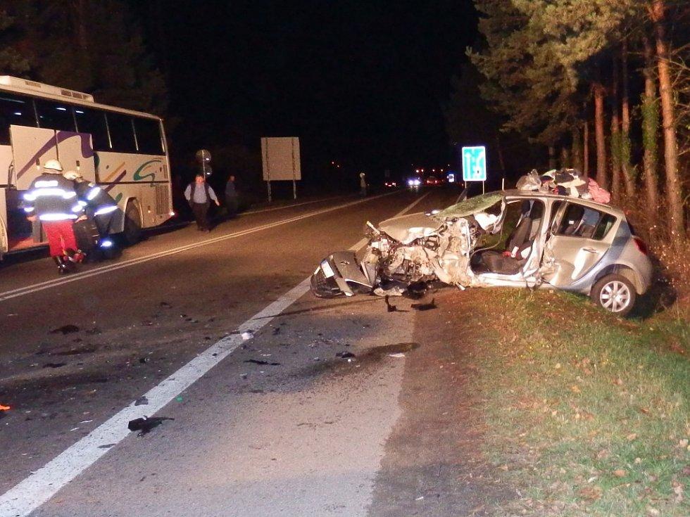 Střet osobního auta s autobusem u kruhového objezdu u Kuniferu v Jindřichově Hradci.