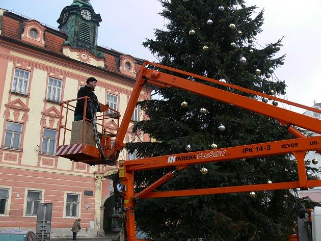 VÁNOČNÍ STROM, který zdobil jindřichohradecké náměstí Míru, již pracovníci Služeb města odstrojili a zlikvidovali. S konečnou platností je tak jasné, že svátky skončily.