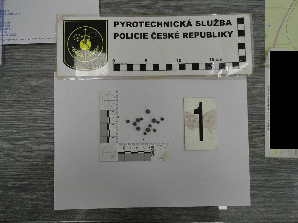 Při výbuchu kuliček takzvané pyrotechnické slože (na snímku) se v Českých Velenicích vážně zranil nezletilý kluk.