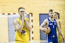 Ani 24 bodů Lukáše Stegbauera (vlevo) neodvrátilo první porážku Basket Fio banky v sezoně.