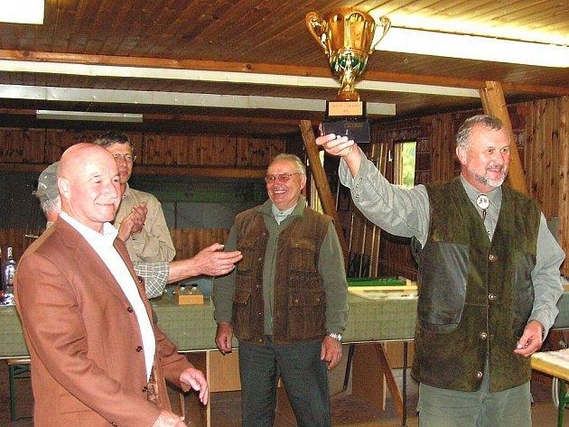 Na snímku  starosta města Zwett  Herbert Prinz (vlevo) předal pohár jednateli OMS Jindřichův Hradec Pavlu Průšovi.