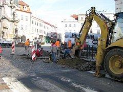 Na náměstí Míru v Jindřichově Hradci začaly práce na opravě dláždění.