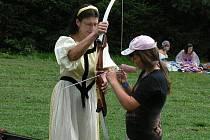 Nedílnou součástí rytířského klání byla také střelba z luku, při níž jejím účastníkům pomáhala i vládkyně panství Avalon Táňa Kozlová.