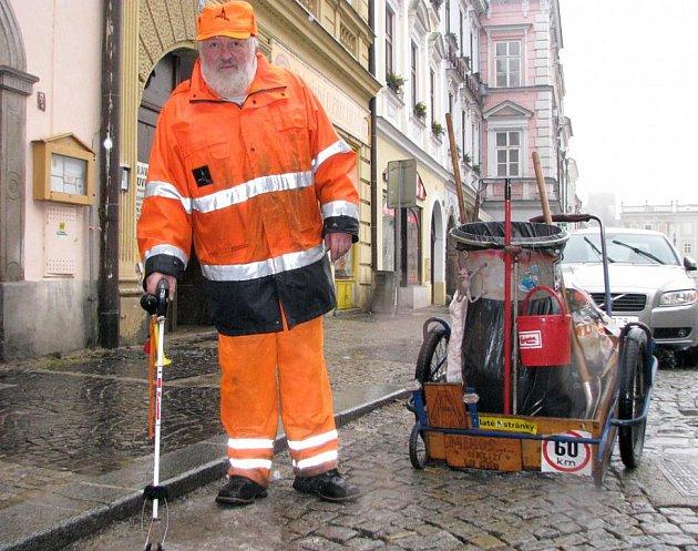 V Jindřichově Hradci se o úklid stará také zaměstnanec Mihosu Vladimír Jachek.