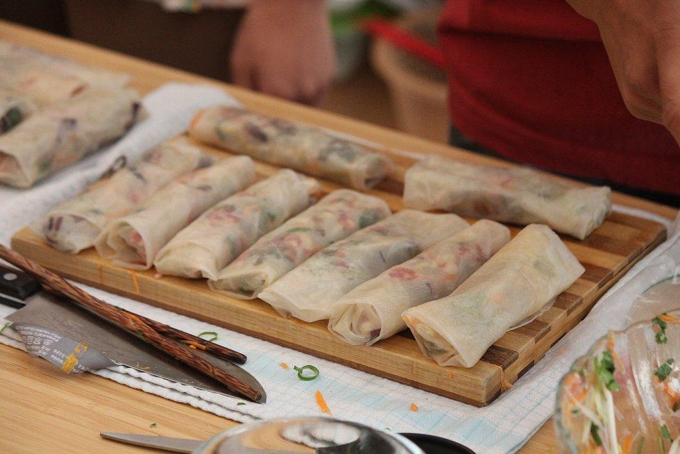 Jak na přípravu závitků? A co do nich vlastně patří? To si vyzkoušeli účastníci workshopu v prostorách Viet-Ňamu.