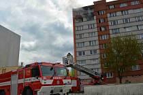 Požár v sedmém patře panelového domu. Ilustrační foto.