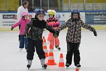 Se základní technikou bruslení seznamují děti z jindřichohradeckých základních škol zkušení hokejoví trenéři.