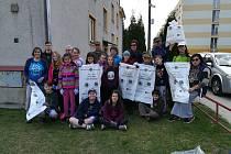 Oslavy jara se v Chlumu nesly ve znamení úklidu v rámci celorepublikové akce Ukliďme Česko. Celkem 26 osob, z toho 17 dětí, sesbíralo 450 kilogramů odpadu.