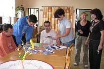 PŘI ČINNOSTI. Vedení centra sociáxlních služeb na Bobelovce připravuje pro své klienty pestré aktivity.