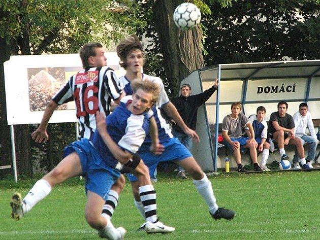 SOUBOJ. Fotbalisté Suchdola si doma bez potíží poradili s Lokomotivou Č. Budějovice (2:0). Na snímku se hostující Kubíček (vlevo) ocitl v presu suchdolských Březiny (vpředu) s Heřmanem.