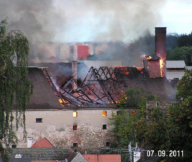 Pohled na požár jindřichohradeckého pivovaru z balkonu jednoho domu.