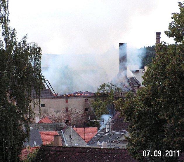 Pohled na požár jindřichohradeckého pivovaru zbalkonu jednoho domu.