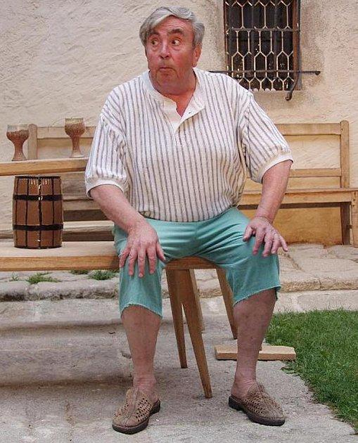 Petr Toufar ze suchdolského divadelního souboru SUD v hlavní roli ve hře Pamfilo.