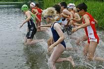 ZÁVODY. Součástí Jindřichohradeckého triatlonu byly i kvalitně obsazené závody Junior Cupu mládeže do 15 let. Do chladné vody Ratmírovského rybníka se postupně vrhly více než čtyři desítky dětí.
