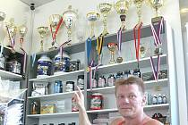 Poháry hovoří za vše. Trenér a majitel fit studia Pavel Šniager je na své svěřence patřičně pyšný.