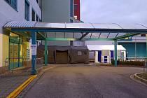 Vstup do jindřichohradecké nemocnice je možný pouze přes stan, který je umístěný před vstupem na urgentní příjem v budově E přímo u vjezdu z kruhového objezdu.