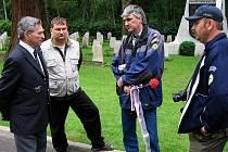 BROKWOOD. Podplukovník Arnošt Polák (zleva), Radek Novák, Vladislav Burian a Jiří Růžička v československé sekci hřbitova s válečnými hroby.