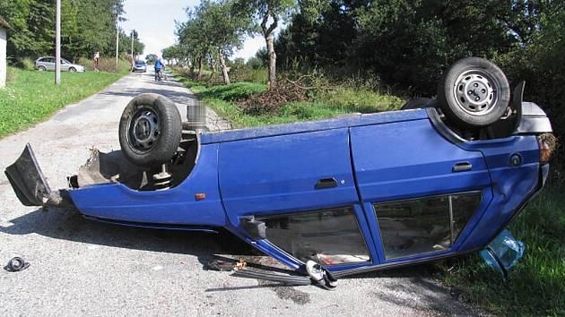Pohled na havarovaného favorita u Jižné, ve kterém se těžce zranil řidič.