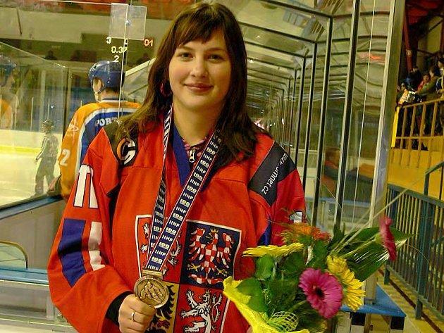 CENNÝ KOV. Nikola Dvořáková ukázala bronzovou medaili z juniorského mistrovství světa v kanadském Calgary i jindřichohradeckému publiku v rámci středečního druholigového hokejového utkání Vajgar – Litoměřice. A dostalo se jí vřelých ovací.