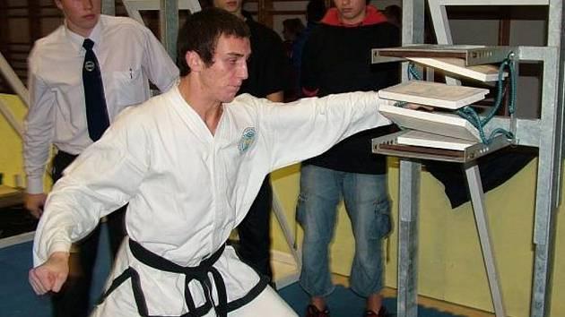 V bojovém umění taekwon–do patří Jan Mraček (na horním snímku vpravo) k nejlepším světovým borcům.