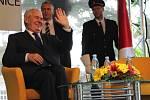 Prezident Miloš Zeman na návštěvě v Českých Velenicích diskutoval i s občany města u hranic.