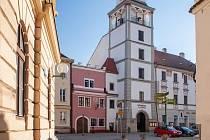 Na Masarykově náměstí v Třeboni to žije. V pondělí tam hrají živě kapely. Ilustrační foto.