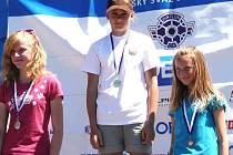 Letní biatlonistka ze Starého Města Karolína Marková (uprostřed) vybojovala ve 2. kole Českého poháru v žákovské kategorii vítězství ve vytrvalostním závodě.