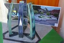 Pohled do výlohy na vystavené návrhy fontány.