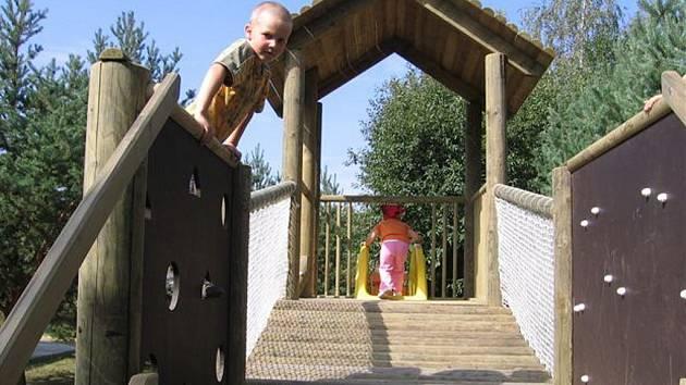 Děti v mateřské školce v Kunžaku dostaly nové hřiště.
