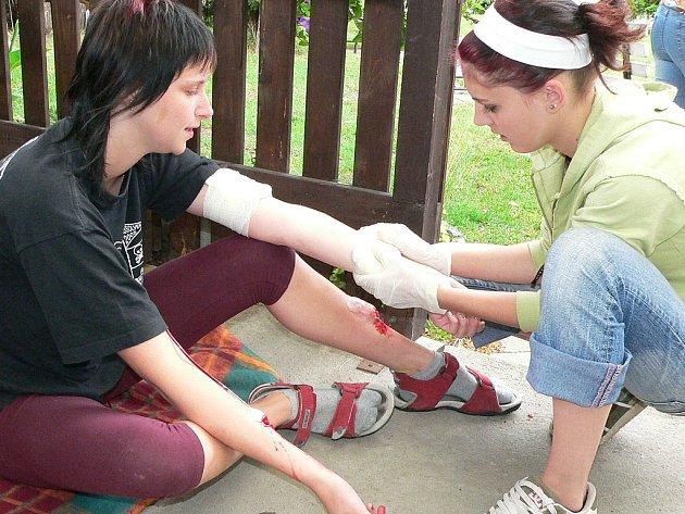 Na snímku jsou studentky oboru zdravotní asistent při každoroční zdravotnické soutěži.
