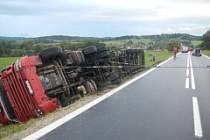 Pondělní nehoda kláďáku u Lipolce, při které se zranil řidič.