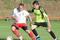 V premiéře I. B třídy K. Řečice remizovala s Lomnicí 0:0. Na snímku bojuje domácí Jan Pozníček (vlevo) s lomnickým Jakubem Čutou.