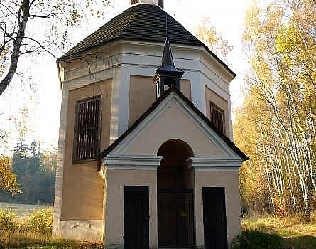 Na místě, kde Slavata údajně spadl do vlčí jámy, je dnes vystavěná kaple sv. Karla Boromejského.